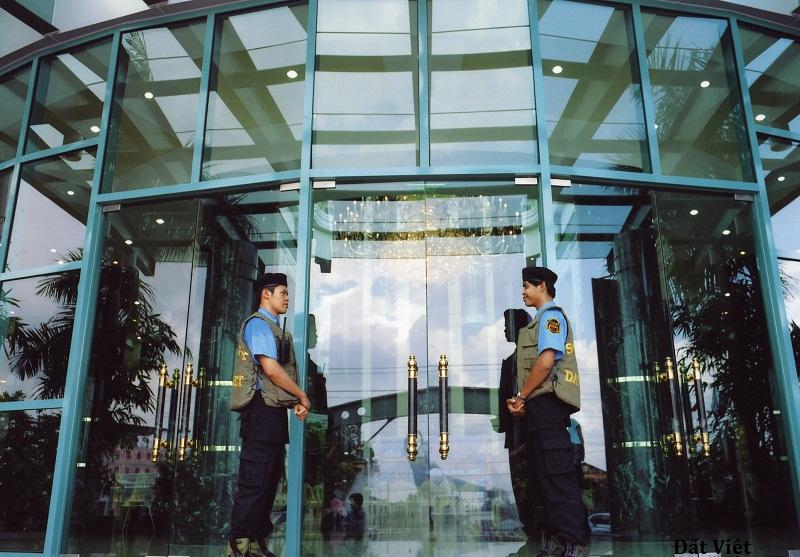 nhân viên bảo vệ tòa nhà