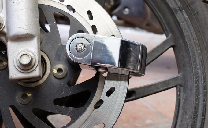 sử dụng khóa chống trộm xe máy